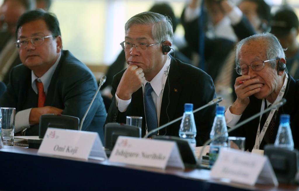 Президент компании Kawasaki Heavy Industries, председатель совета директоров Японской ассоциации по торговле с Россией и Новыми независимыми государствами (ROTOBO) Маруяма Шигеру (в центре)